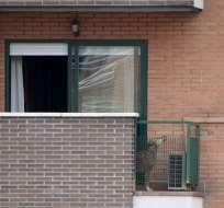 ESPAÑA.- El perro Excalibur en el balcón del domicilio de la enfermera infectada de ébola. Foto: AFP