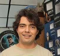 MÉXICO.- Menahem Asher Silva Vargas posa con el certificado de récord Guinness por su colección de objetos de la saga Harry Potter. Fotos: EFE