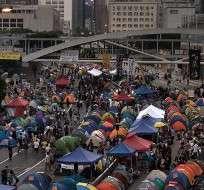 Decenas de policías antidisturbios cargaron la madrugada del domingo contra un grupo de manifestantes en Mongkok.