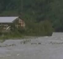 Las lluvias provocaron que el tramo de una montaña se derrumbe.