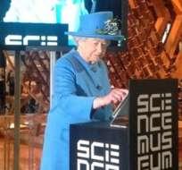 La reina Elizabeth II escribe en una tablet su primer tuit, tras el cual no solo recibió muchos saludos, sino también insultos.