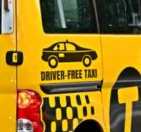 """""""Taxi sin conductor. Sea paciente, no toque la bocina. El robot a cargo no va a reaccionar"""". Diseño de Fernando Barbella."""