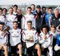 Cristiano Ronaldo y la Bota de Oro junto a sus compañeros (Foto: Realmadrid.com)