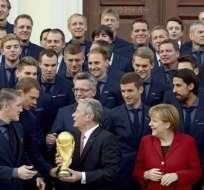 La selección alemana entregando la Copa al presidente, Joachim Gauck. Fot: EFE.