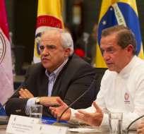 El canciller de Ecuador, Ricardo Patiño (d), junto al secretario general de la Unasur, Ernesto Samper (i). Foto: EFE