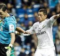 Javier Hernández (derecha) en un encuentro con el Real Madrid (Foto: EFE)