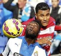 Felipe Caicedo (abajo) jugador del Espanyol de Barcelona (Foto: EFE)