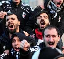 TURQUÍA.- Afuera del juzgado, más de 500 hinchas vestidos con las camisetas del equipo entonaban cánticos. Fotos: AFP
