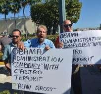 EE.UU.- Un grupo de exiliados cubanos protestan ante el Café Versailles en Florida, por el anuncio del inicio de un proceso para la normalización de las relaciones. Foto: EFE