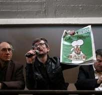 """PARÍS.- El caricaturista del semanario satírico francés """"Charlie Hebdo"""", Luz sostiene la nueva portada del semanario. Fotos: AFP."""