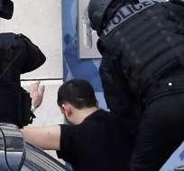 El hombre se entregó sin que los agentes tuvieras que asaltar la oficina de correos. Fotos: AFP