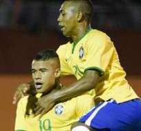 Los jugadores Kenedy (i) y Malcolm (d) de Brasil celebran un segundo gol ante Venezuela (Foto: EFE)