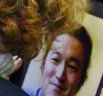 Ayer se difundió en internet un video anunciando la decapitación de Kenji Goto. Fotos: AFP y EFE.