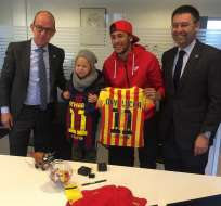 El delantero brasileño Neymar da Silva y su hijo Davi Lucca son, desde hoy, socios del Barcelona.