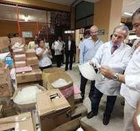 GUAYAQUIL, Ecuador.- El mandatario visitó la bodega donde almacenan las medicinas, para confirmar su existencia. Fotos: Presidencia de la República