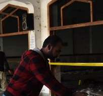 PAKISTÁN. Según la policía, tres hombres con chalecos explosivos y armas entraron en el recinto de la mezquita Imamia cortando la alambrada de espino, y la atacaron con granadas. Fotos: AFP