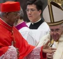 """ITALIA.- Uno a uno, el pontífice les entregó sus distinciones que los convierten en """"príncipes de la Iglesia"""". Fotos: EFE"""