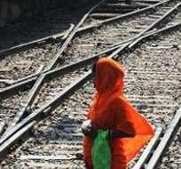 La madre, de 22 años, se desmayó después de dar a luz en los estrechos lavabos de un tren.