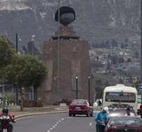 El monumento a la Mitad del Mundo luce hoy una gigantesca peluca sobre su esfera. Fotos: EFE.