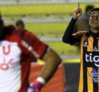 Rodrigo Ramallo en el fondo, celebra su anotación ante la 'U' de Chile (Foto: EFE)