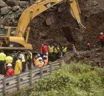 El kilómetro 28 de la vía Aloag – Santo Domingo continúa bloqueado por un deslave ocurrido ayer.