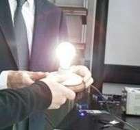 Konstantin Novoselov, uno de los descubridores del material, muestra el bombillo al ministro de Hacienda de Reino Unido, George Osborne.