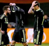 Los jugadores de España se lamentan tras la derrota de Holanda (Foto: EFE)