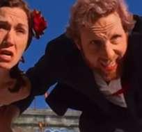 """Tyler Macniven y Kelly Hennigan protagonizan el corto """"Operation: Save The Date""""."""