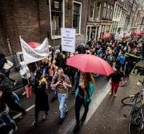 """Amsterdam desea cerrar una parte de los burdeles del famoso barrio, el """"Red Light district""""."""