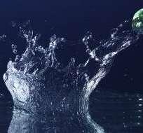 El truco para que la piedra rebote es el ángulo con el que choca contra el agua.