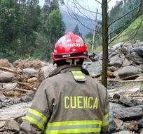 CUENCA, Ecuador.- Los bomberos reanudaron la búsqueda de la víctima que fue arrastrada, pero el cuerpo no aparece. Fotos: ECU 911 Austro