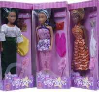 """Hasta la aparición hace siete años de las """"reinas de África"""", las niñas nigerianas sólo podían escoger en las tiendas entre muñecas blancas y de cabellos claros. Fotos: EFE."""