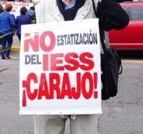 QUITO, Ecuador.- El grupo de manifestantes llegó hasta la Corte Constitucional para conocer el estado de la demanda presentada la semana pasada. Fotos: API