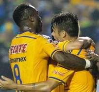 Joffre Guerrón (8) se abraza con sus compañeros tras el gol de Tigres (Foto: EFE)