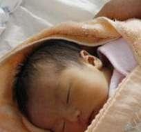 CHINA. Fue descubierto por una campesina que le oyó gritar. El bebé fue examinado por los médicos, vomitó tierra y sobrevivió.