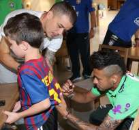 Neymar firmando el autógrafo. Foto: EFE.