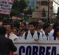 """GUAYAQUIL.- Con camisetas negras y carteles, los protestantes gritaban """"No más impuestos"""". Foto: Cortesía César Velastegui."""