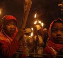 Niñas sostienen antorchas durante una ceremonia que da la bienvenida al mes del Ramadán en Yakarta, Indonesia. Foto: EFE