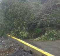 Los deslaves en la vía que une al cantón Patate con Baños dejaron incomunicadas a 90 familias.
