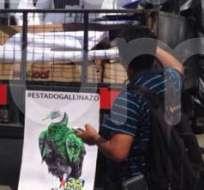 """El camión transportaba carteles con frases como """"Estado Gallinazo"""". Foto: William Yong."""