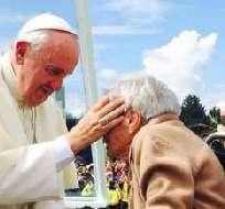 Don Alfonso Espinosa de los Monteros comentó en Televistazo que la mujer que el papa Francisco se detuvo para bendecir es su tía.