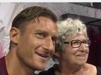 Totti y la aficionada que no aguantó el llanto.