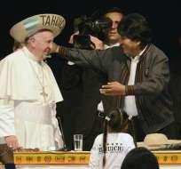 BOLIVIA.- El papa Francisco (i) usa un sombrero típico de la región de Santa Cruz junto al presidente boliviano. Foto: EFE Archivo / Agencia Boliviana de Información