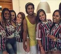 Ronaldinho rodeado de aficionadas del Fluminense. Foto: Twitter.