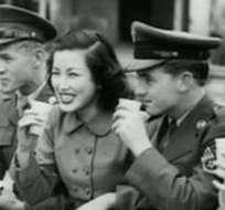 A los soldados estadounidenses se les pidió no fraternizar con las mujeres, pero muchos hicieron caso omiso.