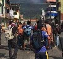 MACAS, Ecuador.- Miembros shuar y achuar mantienen la medida de toma de edificios públicos, pese a diálogo. Foto: Paúl Romero / Ecuavisa