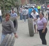 ECUADOR.- Con llantas encendidas, carteles y gritos, los habitantes de cerca de 30 recintos de Daule bloquearon una vía y el puente sobre el río Magro. Foto: Cortesía