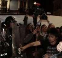 QUITO, Ecuador.- Toma de las manifestaciones desarrolladas en la capital, en julio anterior, donde se ve el ataque a policías. Foto: API