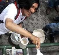 QUITO, Ecuador.- Un grupo de indígenas pintó las paredes de la capital para borrar huellas de protestas. Foto: API