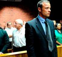 El atleta sudafricano Oscar Pistorius cumple una condena por la muerte su novia.